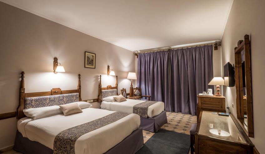 f Premium Room 1 f 3