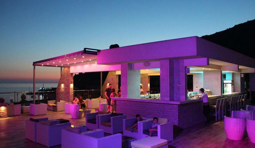 METVILEOLI PETR roof bar   night